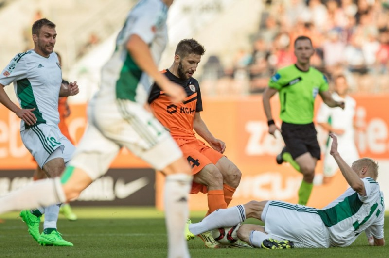 Aleks Todorovski (M) fights for the ball; photo: zaglebie.com