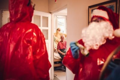 Mikołaj w hospicjum, czyli oryginalne świętowanie w czasach covid-19 [FOTOREPORTAŻ]
