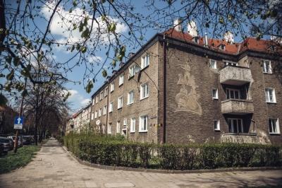 Modernizm lat 30. zatopiony w zieleni. Ulica Ignacego Daszyńskiego [FOTOSPACER]