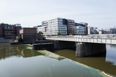 Trwa oczyszczanie zabytkowych elementów Mostów Pomorskich [ZDJĘCIA]
