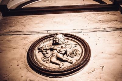 Piękne płaskorzeźby na ścianach klatki schodowej na Nadodrzu [FOTOSPACER]